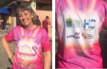 Foto 10 - Carmen Lúcia Mazzei D'Agostinho, integrante do Remama, com a camiseta da equipe Remama Dragão Rosa, com o logo da equipe na frente, criado pela equipe, com auxílio da sobrinha da Carmen Lúcia, que é ilustradora