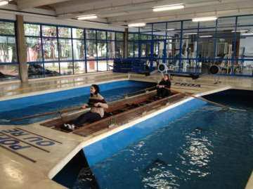 Foto 4 - Imagem do barco-escola da Raia da USP, fotografada em maio de 2013. Nele, as profissionais de educação física do ICESP, Fabiana Reis e Jaqueline Aparecida Pinto